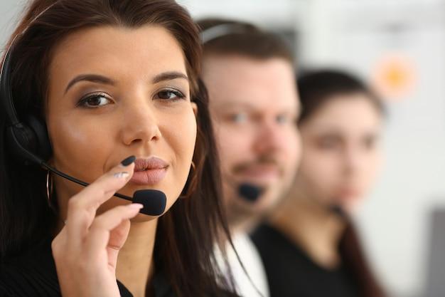 Drie callcenter service operators aan het werk