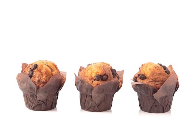Drie chocolade muffins geïsoleerd op een witte achtergrond met kopie ruimte.