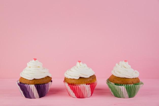 Drie cupcakes voor verjaardag met copyspace