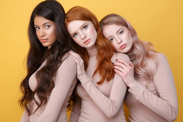 Drie dames poseren in studio