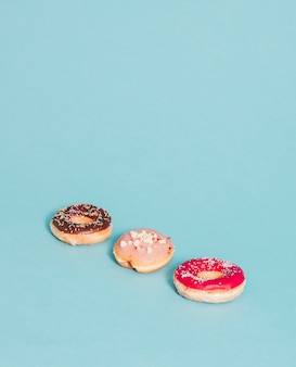 Drie donuts op blauw