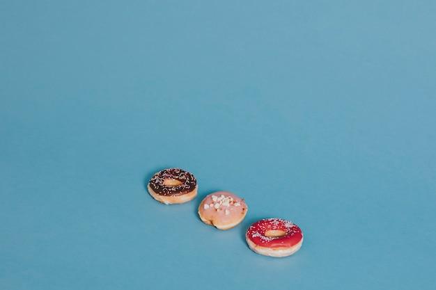 Drie donuts op blauw