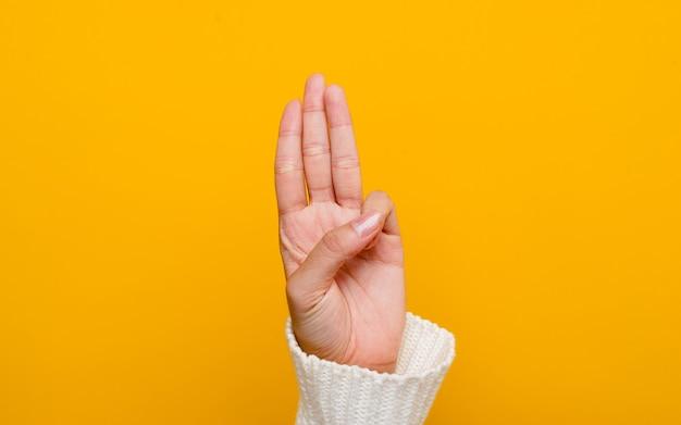 Drie duimen omhoog met goedheidsrechtvaardigheid, deugd op een gele achtergrond