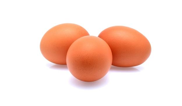 Drie eieren geïsoleerd op een witte achtergrond