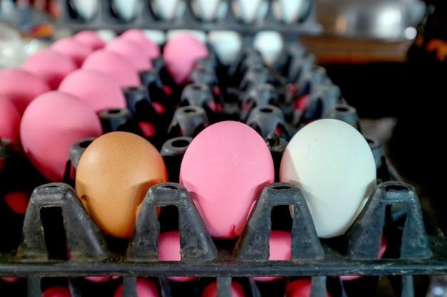 Drie eieren op pakket in markt, normaal ei, gezouten ei en bewaard ei