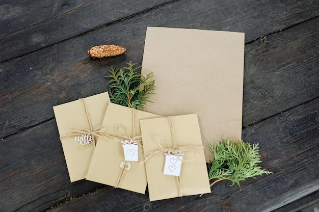 Drie enveloppen en een stuk kraftpapier. plaats voor uw tekst en bericht. handgemaakte geschenkverpakking.