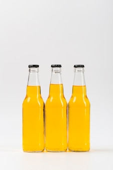 Drie flessen met bier op tafel