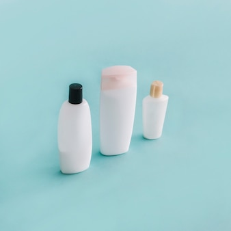 Drie flessen met gladde cosmetica