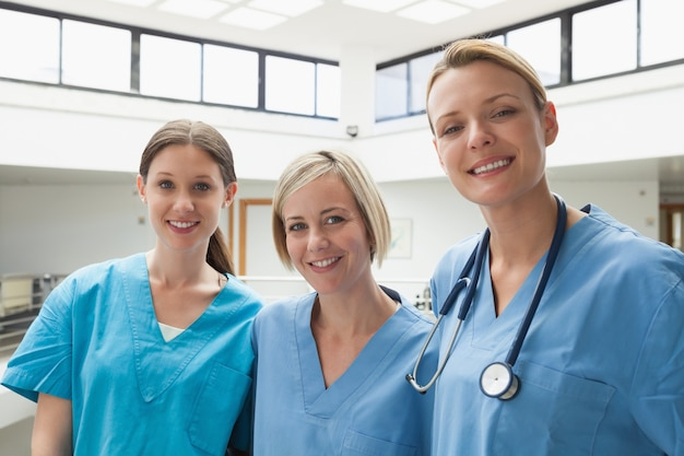 Drie gelukkige verpleegsters