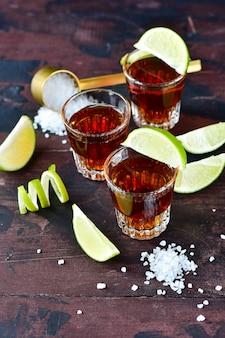 Drie glazen alcohol en limoen en zout, een feest aan de bar, een menu voor de bar