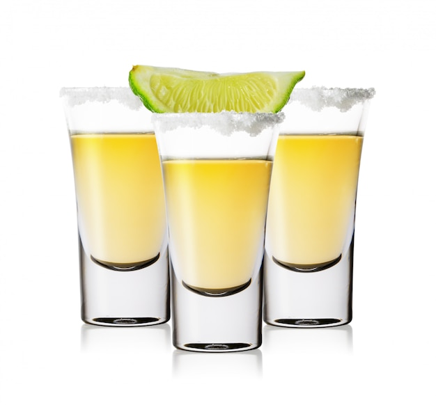Drie glazen gouden tequila met zout en limoen