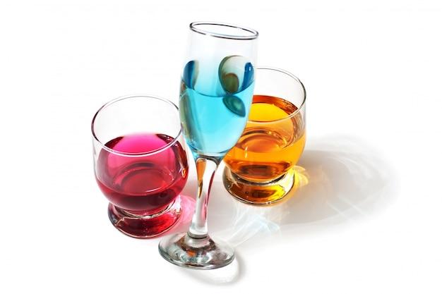 Drie glazen met drankjes geïsoleerd op een wit