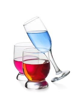 Drie glazen met drankjes geïsoleerd op een witte ondergrond