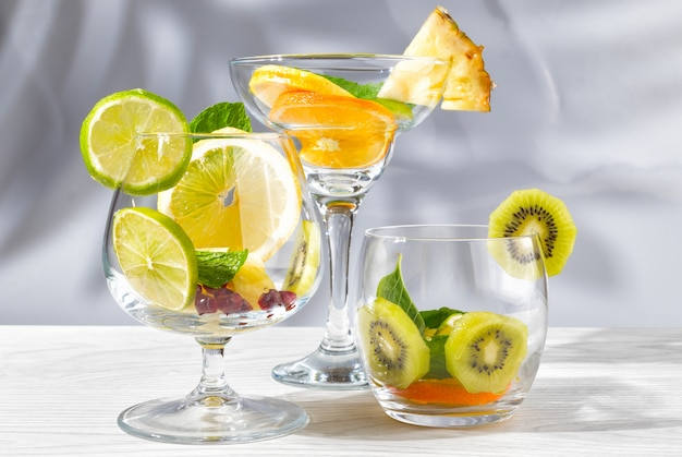 Drie glazen voor cocktails met fruit en bessen zonder vloeistof