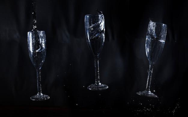 Drie glazen water op een zwarte achtergrond