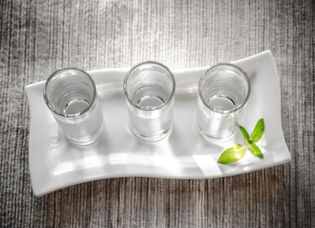 Drie glazen wodka plat gelegd