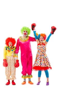 Drie grappige speelse geïsoleerde clowns
