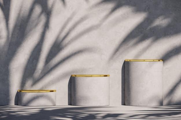 Drie grijs podium en gouden bovenkant op zonnescherm en plantenschaduwen op grijze muur