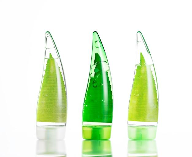Drie groene flessen make-up. milieuvriendelijke gel, shampoo en crème