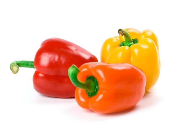 Drie groene paprika's die op witte achtergrond worden geïsoleerd