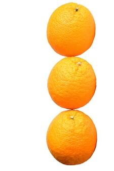 Drie grote identieke sinaasappelen liggen op een rij op een witte achtergrond