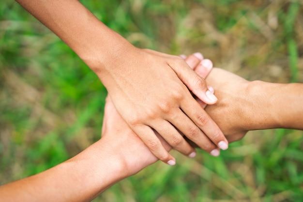 Drie hand met hand verbinden relatie