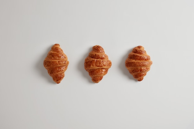 Drie heerlijke croissants met jam voor uw dagelijkse ontbijt. traditioneel klassiek frans bakkerijproduct. een verscheidenheid aan zelfgemaakt bladerdeeg. verse banketbakkerij. junkfood en calorieën concept.
