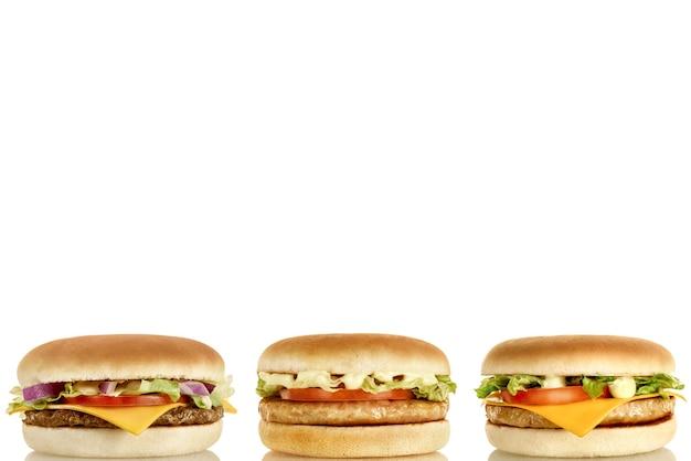 Drie heerlijke hamburgers met verschillende vullingen horizontaal.