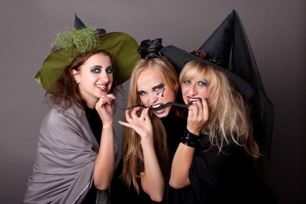 Drie heksen eten zwarte slang
