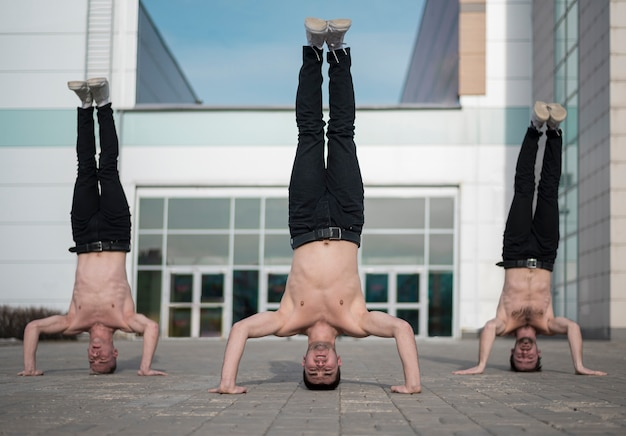 Drie hiphopartiesten staan op hun hoofd