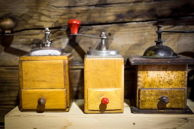 Drie houten antieke koffiemolens
