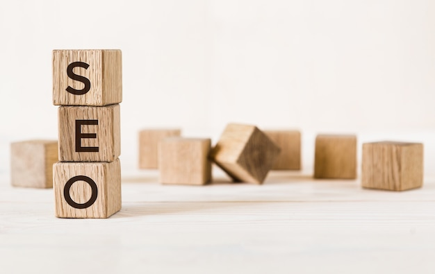 Drie houten kubussen met letters seo