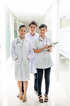 Drie jonge artsen