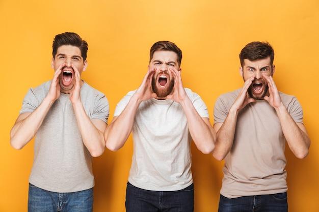 Drie jonge boze mannen schreeuwen