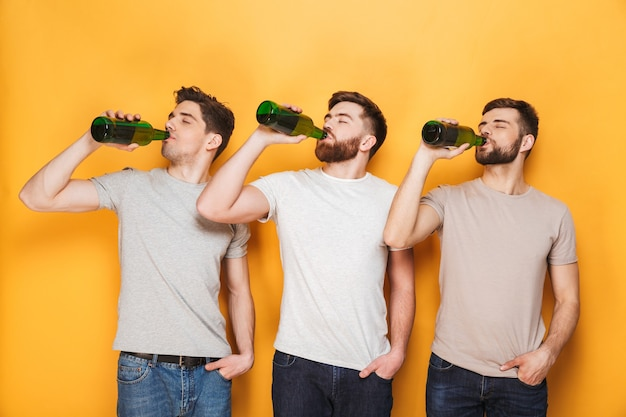 Drie jonge mannen die bier drinken