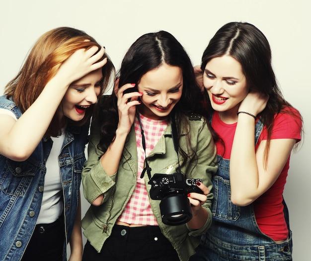 Drie jonge meisjes kijken naar camera, studio opname