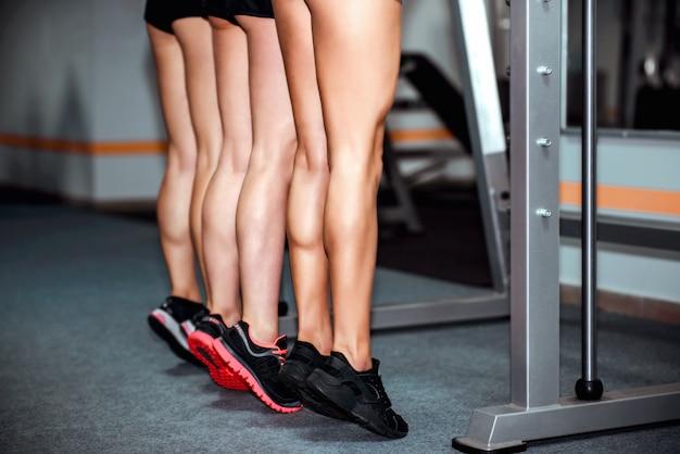 Drie jonge meisjestraining in de gymnastiek