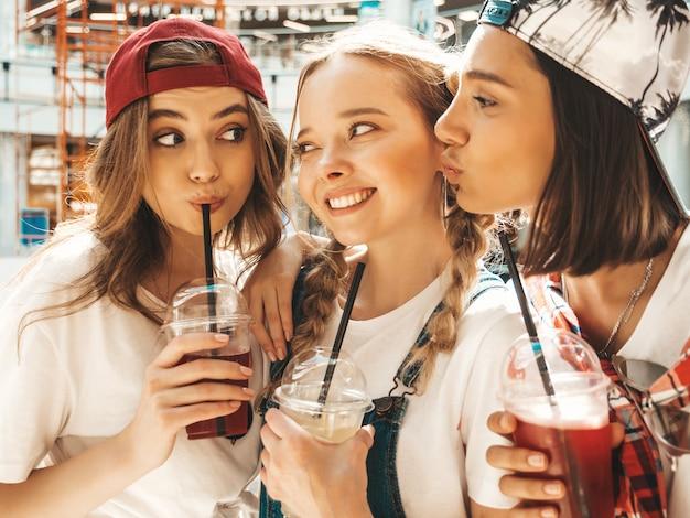 Drie jonge mooie lachende hipster meisjes in trendy zomerkleding.