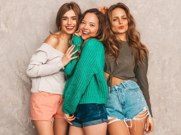 Drie jonge mooie lachende prachtige meisjes in trendy zomerkleren. sexy zorgeloze vrouwen poseren. positieve modellen hebben plezier