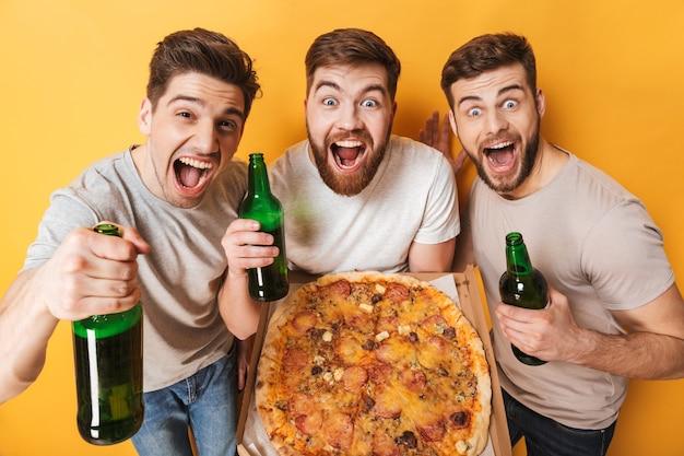 Drie jonge opgewonden mannen