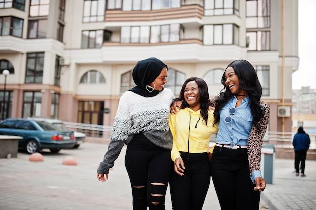 Drie jonge vrienden van de universiteits afro-amerikaanse vrouw brengen samen tijd door.