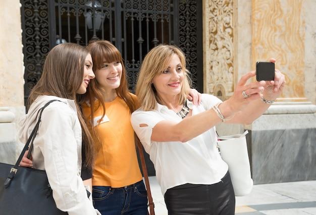 Drie jonge vrouwelijke toeristen in napels