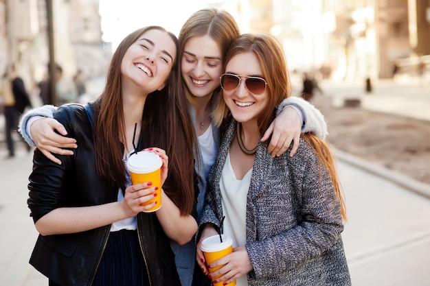Drie jonge vrouwen glimlachen