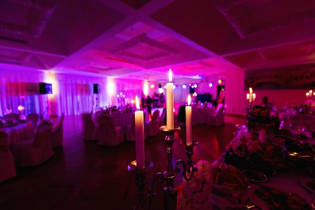 Drie kaarsen verlichting in een luxe restaurant op een bruiloft tafel
