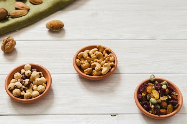 Drie keramische kommen met noten