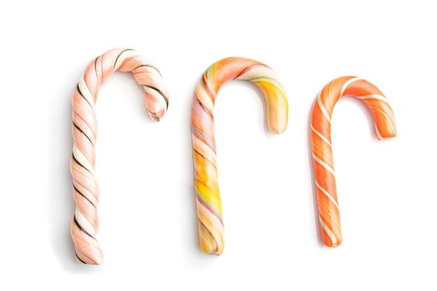 Drie kerst suikerriet snoepjes geïsoleerd op wit
