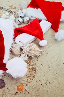 Drie kerstmutsen op het strand