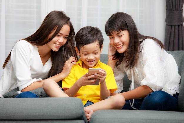 Drie kinderen aziatische familie, een jongen en twee meisjes spelen samen met geluk in huis