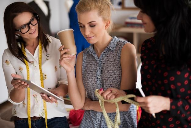 Drie kleermakers werken aan project