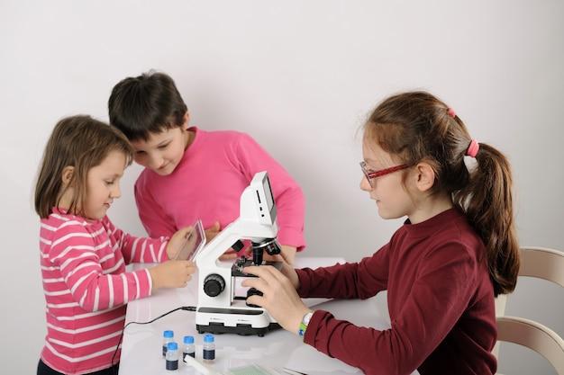 Drie kleine meisjes studeren